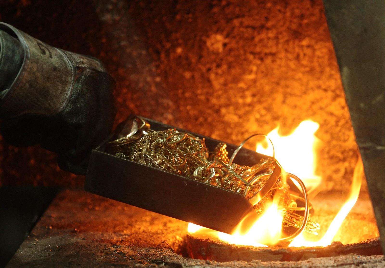 Как выплавляют золотые слитки